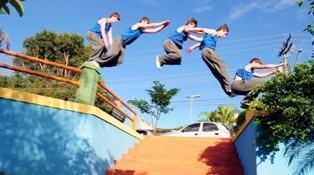 O Le Parkour é uma atividade na qual os participantes percorrem um caminho cheio de obstáculos. (Foto: Divulgação/Sesc)