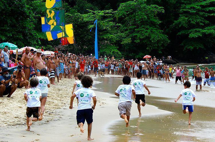 Momento da largada da 1ª corrida Kids na Areia, para crianças de 2 a 10 anos. (Foto: Divulgação/PMSS)
