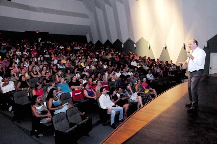"""Palestra """"Maestria na arte de educar e autoconfiança no processo educacional"""", foi ministrada pelo professor Jair Passos. (Foto: Luis Gava/PMC)"""