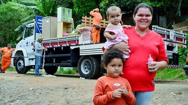 . A mudança para as novas moradias é voluntária e começou nesta terça-feira (27), com apoio da Prefeitura no transporte de móveis e utensílios. (Foto: Claudio Capucho/PMSJC)