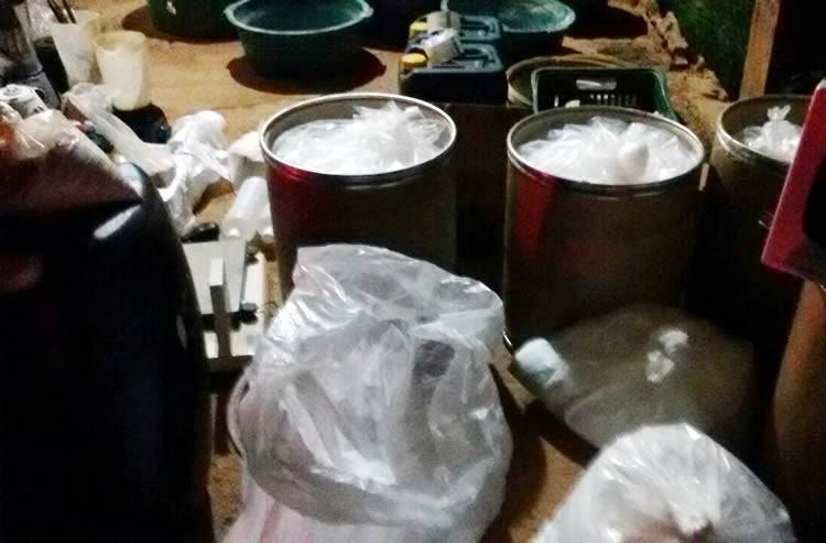Material apreendido pela polícia em uma casa que servia de refinaria em Roseira. (Foto: Polícia Cívil/Divulgação)
