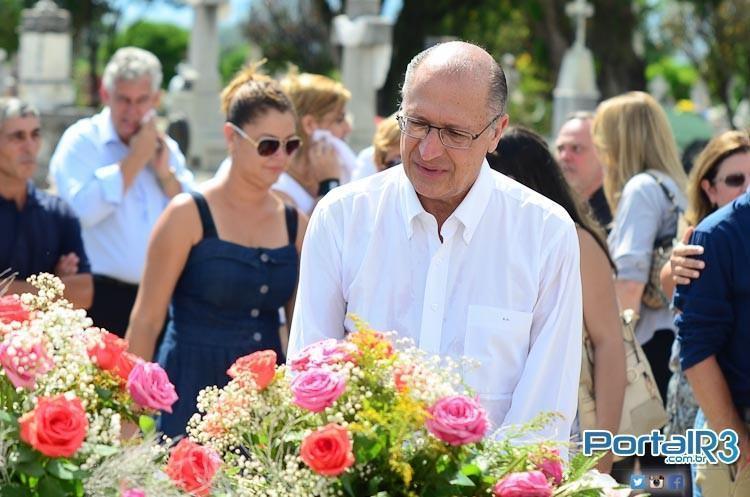 "Geraldo Alckmin diante do túmulo de ""Nhá"". que foi sepultada nesta quinta-feira (29), em Pindamonhangaba-SP.  (Foto: Luis Claudio Antunes/PortalR3)"