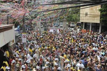 Os blocos de carnaval são tradicionais no Rio. A prefeitura estima que 200 mil pessoas acompanharão 40 blocos de hoje até domingo. (Foto: Tânia Rêgo/Agência Brasil)