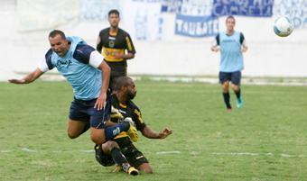Lance do segundo jogo treino vencido pelo Burrão diante do Volta (Foto: Rogério Marques/ECT)