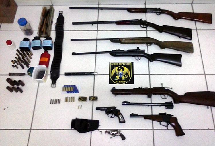 Armas foram localizadas no interior de residência no bairro Bosque da Princesa. (Foto: Divulgação/PM)