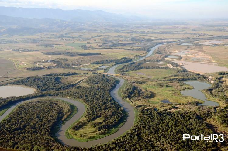 Vista aérea de parte do Rio Paraíba do Sul, no trecho que passa por Pindamonhangaba. (Foto: Luis Claudio Antunes | PortalR3 | 05/07/2014)