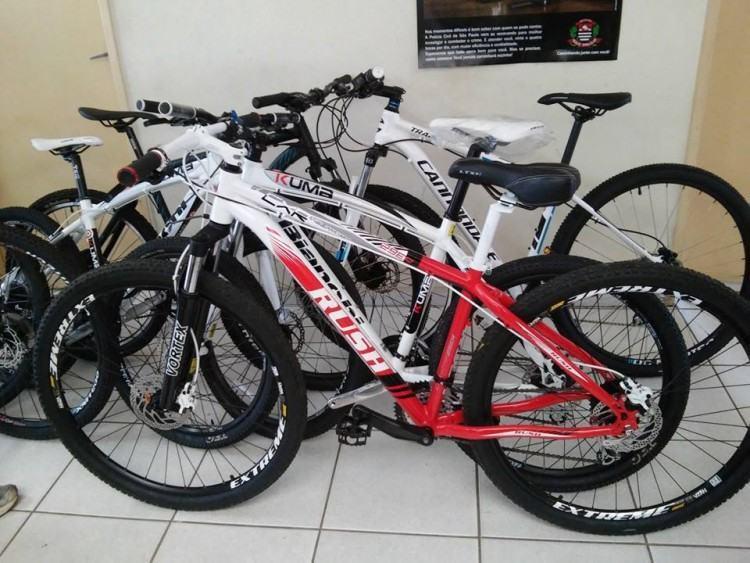 As sete bicicletas recuperadas tinham valor estimado de R$ 15.000,00. (Foto: Divulgação/Polícia Civil)