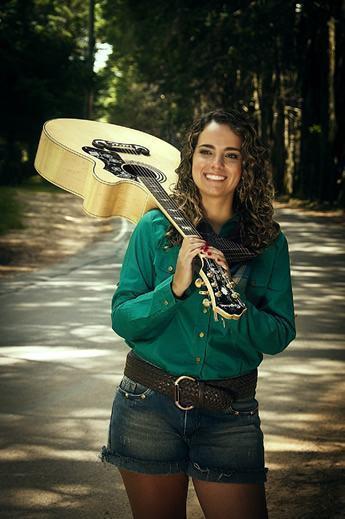 Neste sábado a cantora mostrará sua versatilidade em uma apresentação solo com músicas de MPB e no estilo pop romântico. (Foto: Divulgação/PMT)