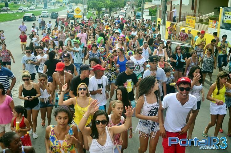 Foliões acompanhando o Bloco do Cupim em bairros do distrito de Moreira César, em Pindamonhangaba. (Foto: Luis Claudio Antunes/PortalR3)