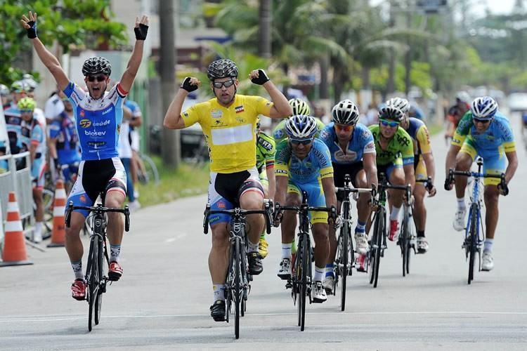 Michel Fernandes comemora vitória na última etapa e título geral do Torneio de Verão. (Foto: Ivan Storti/FPCiclismo)