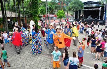 O bloco de marchinhas com bonecões carnavalescos vai animar os turistas e moradores da cidade com dois cortejos, um pela manhã, às 11h, e outro no período da tarde, às 15h. (Divulgação)