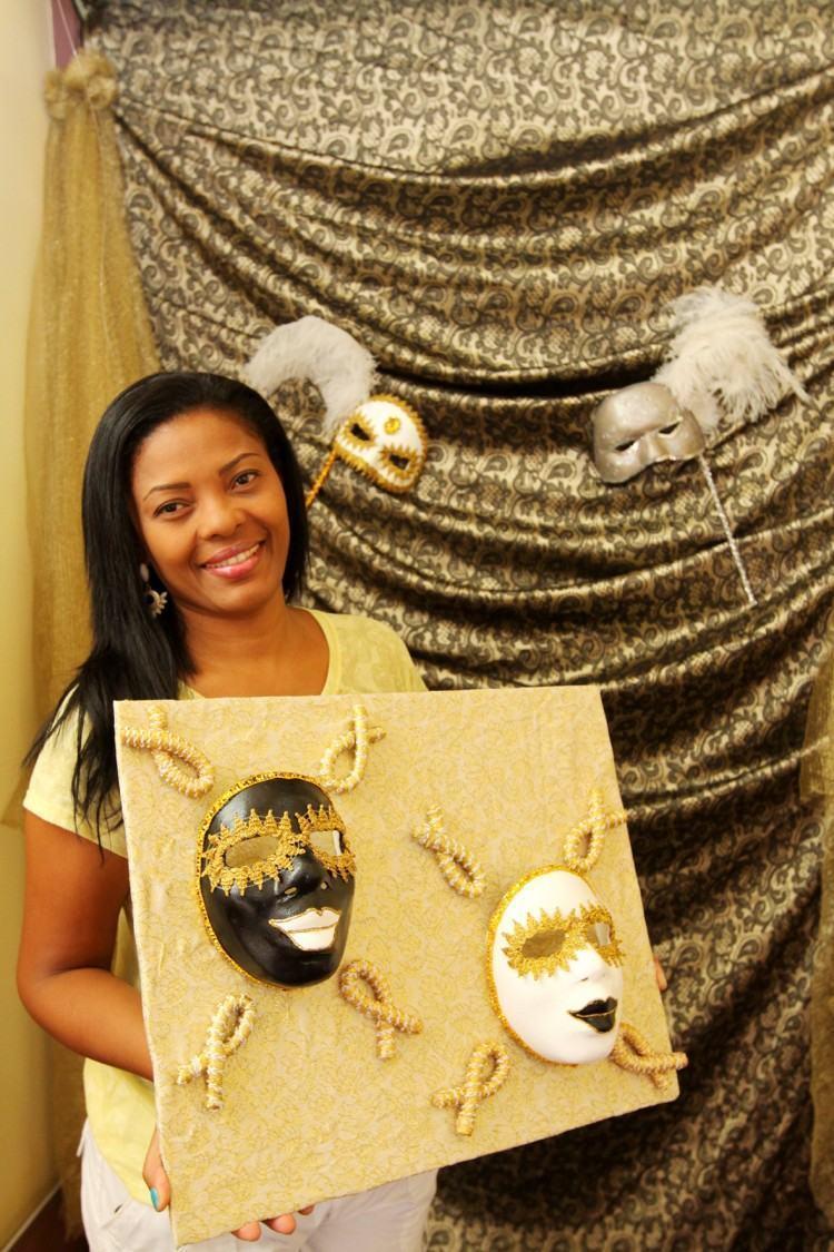 A professora de artes Luciana Marinho criou sua coleção particular de máscaras. São 27 peças que podem ser conferidas na exposição que vai ate 28 de fevereiro no Museu de Antropologia do Vale do Paraíba, em Jacareí. (Foto: Alex Brito/PMJ)