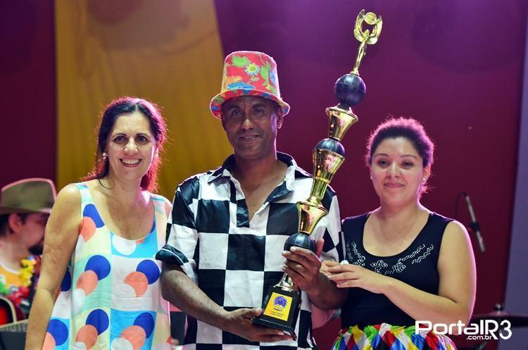 Guilherme e Fernanda recebem o troféu de 1º lugar das mãos da secretária de Turismo e Cultura de Taubaté, Martha Serra. (Foto: Luis Claudio Antunes/PortalR3)