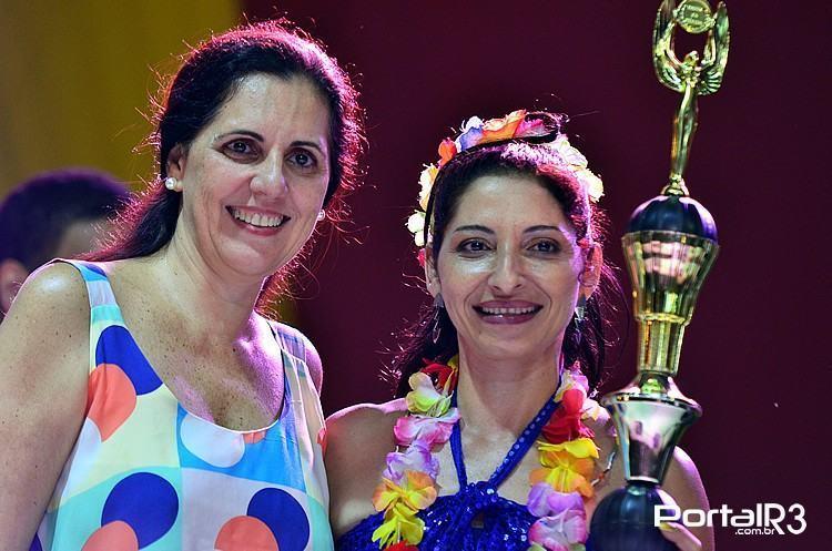 Patrícia Oliveira (dir.) com o troféu de melhor intérprete do Festival de 2015. (Foto: Luis Claudio Antunes/PortalR3)