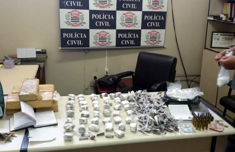Drogas e outras materias apreendidos pela Polícia Civil em Pindamonhangaba. (Foto: Polícia Cívil/Pindamonhangaba)