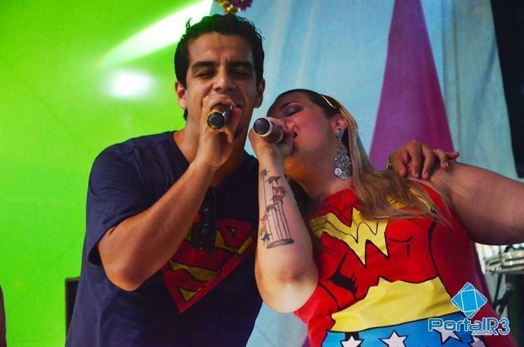 Vocalistas do Frente de Varanda animando a galera. (Foto: Célia Lima/PortalR3)