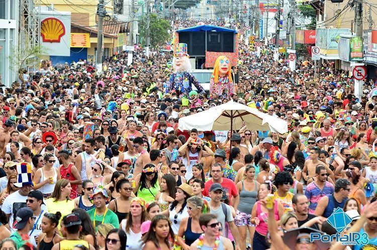 Multidão acompanhando o Juca Teles em Pindamonhangaba. (Foto: Luis Claudio Antunes/PortalR3)