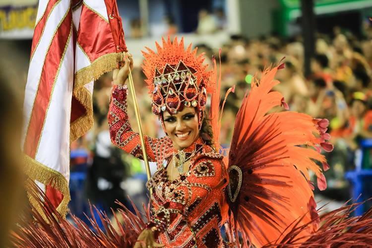 Componente da Salgueiro durante o desfile de 2015. (Foto: Tata-Barreto |Riotur)