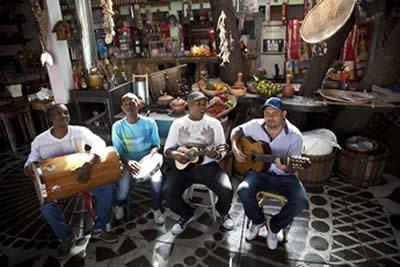 O grupo apresenta um histórico de parcerias de sucesso com artistas como, Dona Ivone Lara, Almir Guineto, Jorge Aragão e Oswaldinho da Cuíca. (Foto: Divulgação/Sesc)