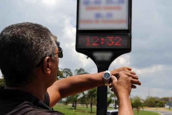 Relógios devem ser atrasados em uma hora nos 11 estados que adotaram a medida. (Foto: Arquivo/Agência Brasil)