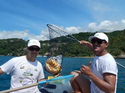 : Uma das ações da Operação Praia Limpa foi a retirada de lixo do mar. (Foto: Divulgação/PMI)