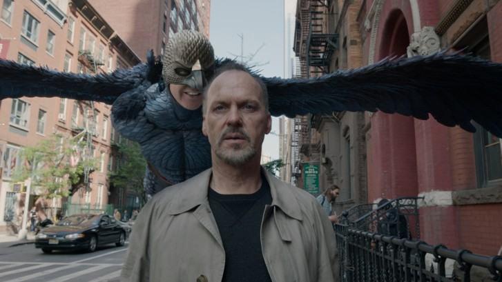 Birdman (ou a Inesperada Virtude da Ignorância) Dirigido pelo mexicano Alejandro Iñárritu, Birdman ironiza a Broadway e a própria Hollywood ao retratar os dilemas de um ator perseguido pelo seu único personagem de sucesso nas telonas e que agora busca alcançar prestígio pela adaptação de uma peça. (Foto: reprodução)