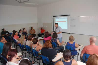 Nesse encontro, a direção da escola pontuou os principais procedimentos administrativos presentes na rotina do funcionário público e suas responsabilidades. (Foto: Divulgação/PMT)