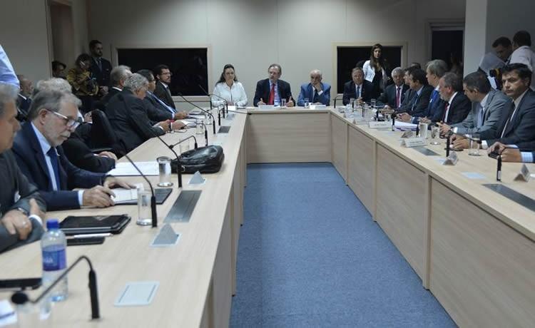 Dirigentes de sindicatos e lideranças de caminhoneiros autônomos em reunião com representantes do governo no Ministério dos Transportes. (Foto: Antonio Cruz/Agência Brasil)