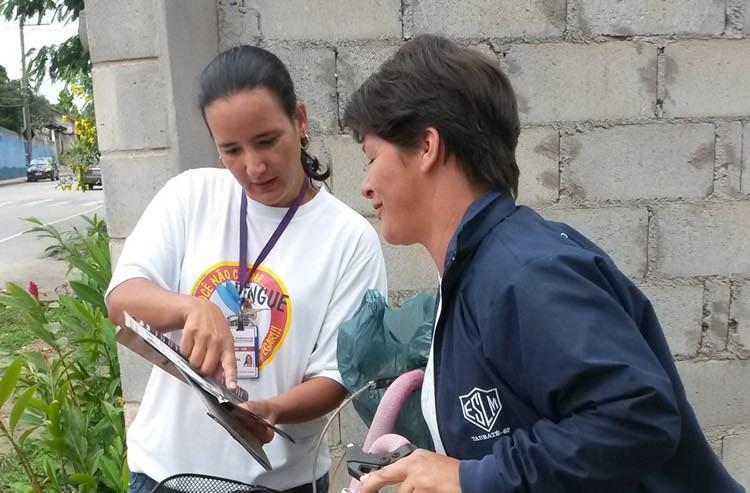 Orientações com os moradores realizada pelos funcionários da unidade de saúde. (Foto: Divulgação/PMP)