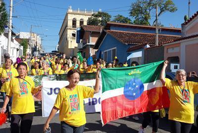 Delegação de 2014 desfila pelas ruas da cidade, após ficar com o vice-campeonato. (Foto: divulgação/PMP)
