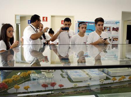 Alunos do Senai visitam estação de tratamento de esgoto do SAAE. (Foto: Alex Brito/PMJ)