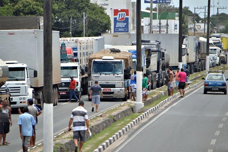 Os caminhoneiros se manifestam contra o recente aumento do óleo diesel, além de pedir a definição de um valor mínimo para o frete. Foto: Ed Santos/ Acorda Cidade  - 24/02/2015)