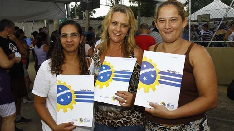Foram entregues títulos oficiais de posse para as 867 famílias da comunidade. (Foto: Antônio Basílio/PMSJC)