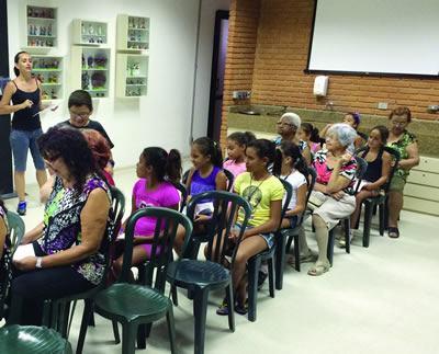 As sextas-feiras, das 14h às 17h, o encontro é no Teatro Intergeracional com Milena Cerqueira, ministrando o curso destinado  a pessoas de todas as idades e com interesse em comum para a linguagem teatral. (Foto: Divulgação)