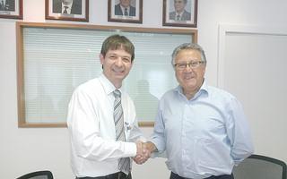 Luis Otávio Palhari e Carlos Nunes assinaram o contrato de parceria para a construção do Centro de Treinamento. (Foto: Divulgação/CBB)