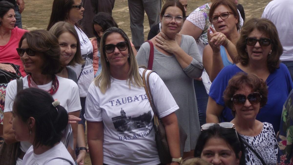 Integrante, em destaque, exibe camiseta alusiva ao encontro no Dia da Mulher. (Foto: Chico de Paula/PortalR3)