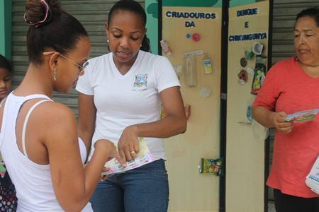 Agentes estão realizando ações e orientando a população no combate ao mosquito transmissor da dengue. (Foto: Cristiane Castro PMSS)