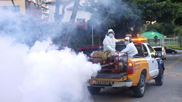No final do segundo arrastão, realizado no sábado (7), o carro do fumacê passou nas ruas, concluindo o trabalho contra a dengue. (Foto: Antônio Basílio/PMSJC)