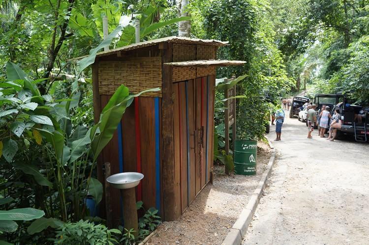 """A estrutura do chamado """"banheiro seco"""" ou """"banheiro termofílico"""", que fica na Cachoeira dos Três Tombos, no sul de Ilhabela. (Foto: Gustave Gama/PMI)"""
