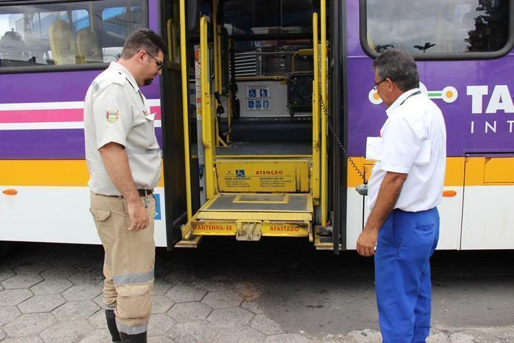 A ação aconteceu na Rodoviária Velha, onde fiscais da EMTU e da Secretaria de Mobilidade Urbana avaliaram diversos quesitos de mecânica e manutenção dos veículos que estavam no local. (Foto: divulgação/PMT)