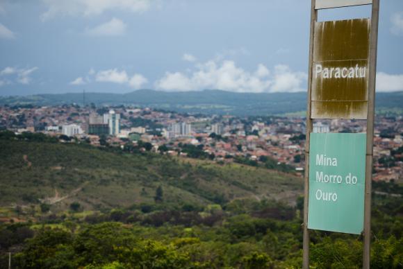 A proximidade entre as atividades de mineração e os bairros da cidade e a possibilidade de intoxicação por metais pesados liberados durante a extração do ouro deixam a população de Paracatu preocupada (Foto: José Cruz/Agência Brasil)