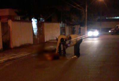 Policiais estiveram no local onde o rapaz foi encontrado já sem vida. (Foto: Polícia Civil)