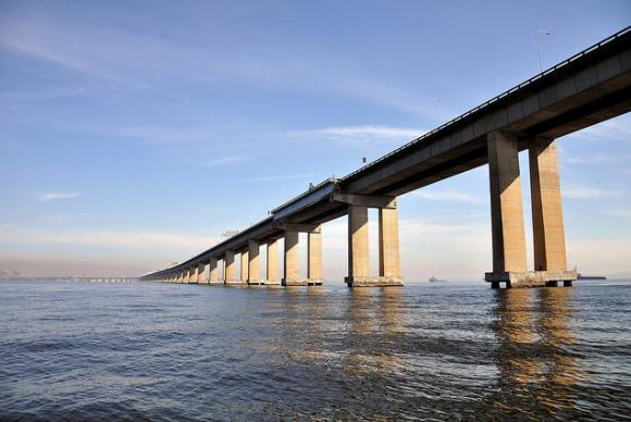 A partir de 1° de junho, o pedágio da Ponte Rio-Niterói para carros de passeio vai passar dos atuais R$ 5,20 para R$ 3,70. (Foto: Alexandre Macieira/Riotur)