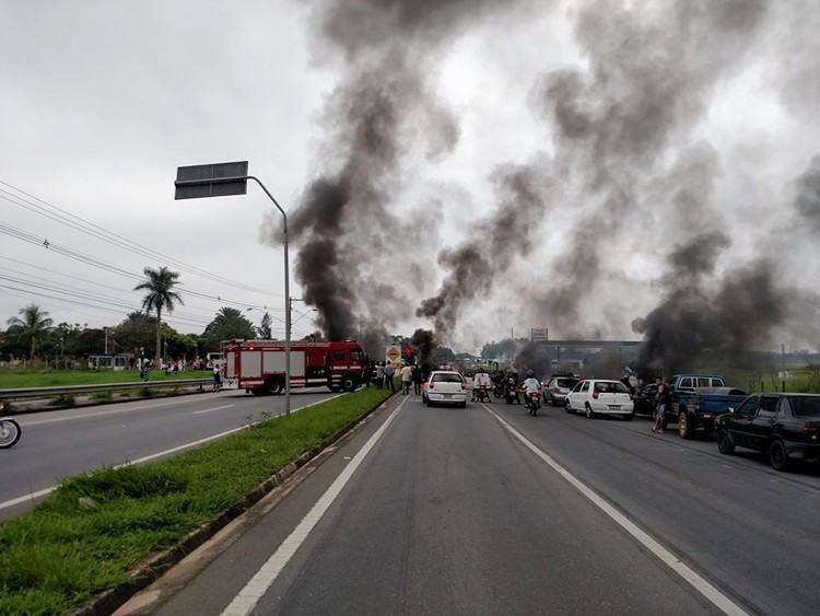 Manifestantes atearam fogo em pneus e fecharam a SP-62. (Foto: Caique Isidoro/Internauta)