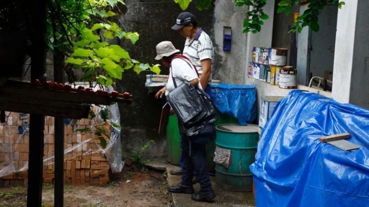 O objetivo é recolher todo material que pode acumular água e se tornar criadouro do mosquito transmissor da dengue. (Foto: Antônio Basílio/PMSJC)