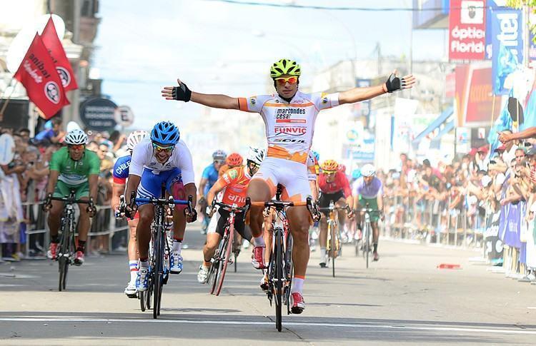 Chamorro comemora vitória na chegada em Rocha, no Uruguai. (Foto: Luis Claudio Antunes/Bike76)