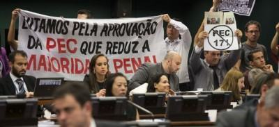 Manifestantes acompanham a votação da PEC da Maioridade na CCJ. (Foto: Marcelo Camargo/Agência Brasil)