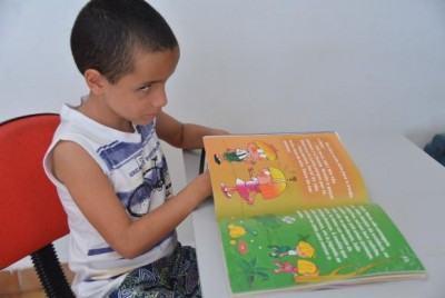 Depois de ler Robin Hood, Luiz Eduardo pegou emprestado o livro João e Maria em uma biblioteca de Brasília que recebeu exemplares da coleção. (Foto: Antonio Cruz/ Agência Brasil)