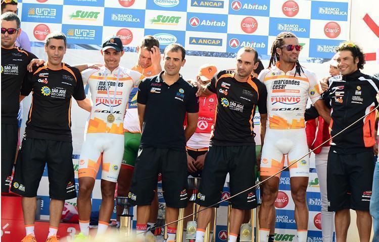 Equipe de São José dos Campos no pódio da Volta do Uruguai. (Foto: Luis Claudio Antunes/Bike76.com)