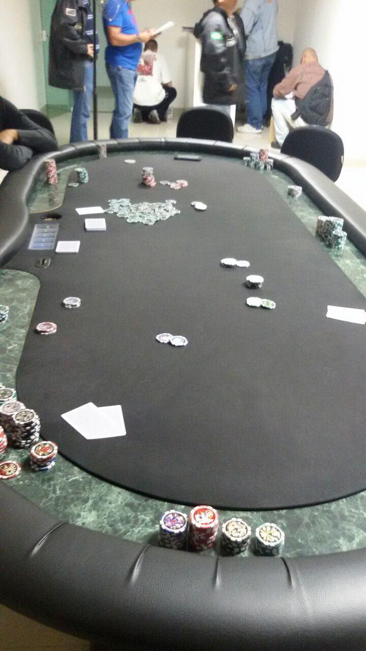 Houve realização de perícia técnica no local, onde os policiais depararam com vinte pessoas jogando carteado. (Foto: Divulgação/Polícia Civil)